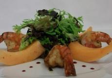 Gemischter Salat in Limetten-Pfeffervinaigrette mit gebratenen Scampi